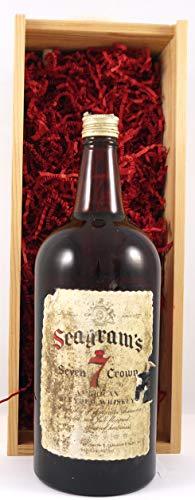 Seagram's 7 Crown Whisky 1970s (175cl) en una caja de regalo forrada de seda con cuatro accesorios de vino, 1 x 1750ml