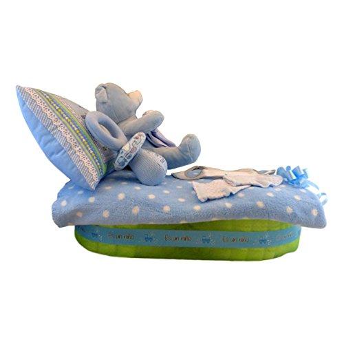 Tarta de pañales con forma de camita - cuna para niño, Muy completa: manta, almohada, sonajero, peluche, ropita para el recién nacido y muchos pañales