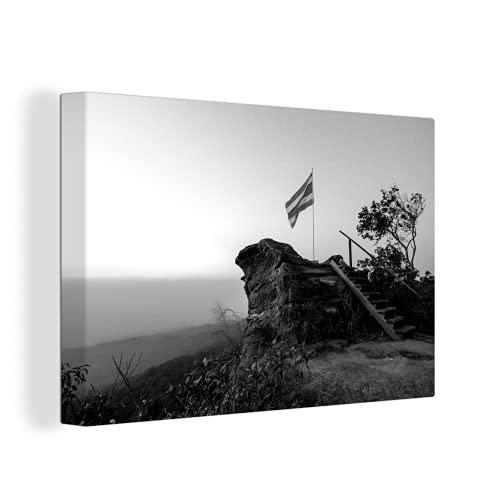 Leinwandbild - Die thailändische Flagge ist am höchsten Punkt des Nationalparks Phu Hin Rong Kla gepflanzt - schwarz & weiß - 150x100 cm