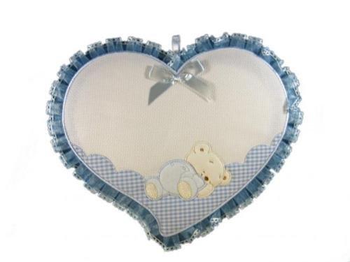 Lazo para nacimiento, corazón con osito insertado en aida para bordar a punto de cruz. Bordar el nombre del bebe azul. Hecho completamente a mano.