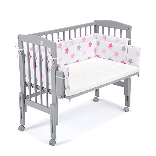 FabiMax Beistellbett PRO grau mit Matratze COMFORT und Nestchen rosa Sterne auf weiß