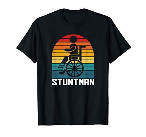 Stuntman Beinbruch Rollstuhl Krank Genesung Gips Bein T-Shirt