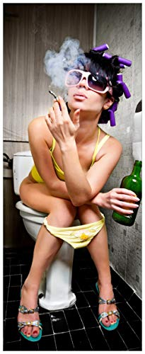 Wallario Glasbild Kloparty - Sexy Frau auf Toilette Zigarette und Schnapsflasche - farbig - 32 x 80 cm in Premium-Qualität: Brillante Farben, freischwebende Optik