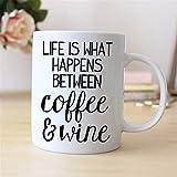 N\A Regalo Divertido del Vino Taza de café con Refranes Divertidos La Vida es lo Que Pasa Entre el café y el Vino