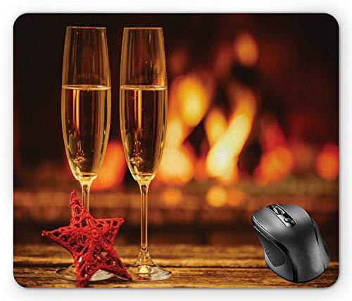 Kamin Mauspad, gemütliches romantisches Foto mit Champagnergläsern auf unscharfem Holzfeuerhintergrund Vermilion und Ingwer-Mauspad