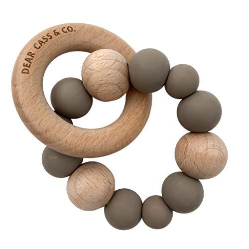 Beißring Baby Holz Dear Cass & Co - Silikon-Beißring für Baby, 100{49b76e3bdee7844d06be2474975d3e05bbf3de439aee7e705a61a5dbcb676186} BPA-frei, Beißspielzeug, Naturkautschuk, Natürliches weiches Silikon in Lebensmittelqualität + Community-Gruppe Mütter (Latte Brown)