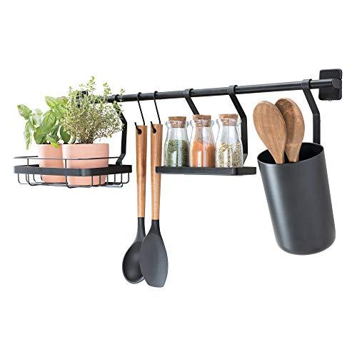 iDesign Küchenstange Küchenreling mit Utensilienhalter, 2 Haken, Halter für Küchenkräuter & Gewürzregal, Hakenleiste für die Küche aus Metall, (63,8x14,5x 23,8 cm), mattschwarz