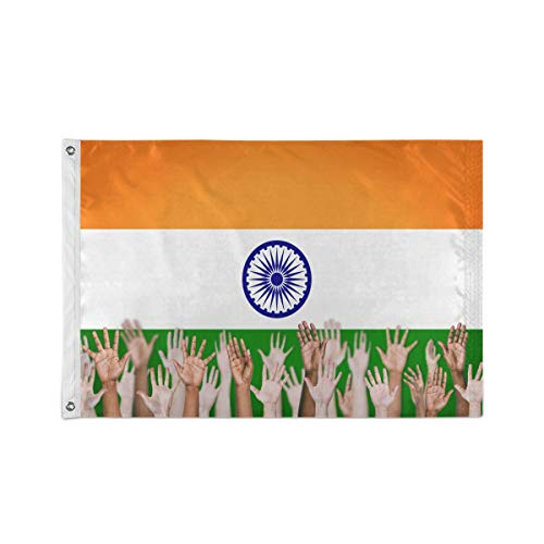 Groep van multi-etnische mensen handen met Indiase vlag achtergrond