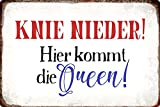 Metall Schild 20x30cm Knie nieder Hier kommt die Queen Spruch Sprüche Tin Sign