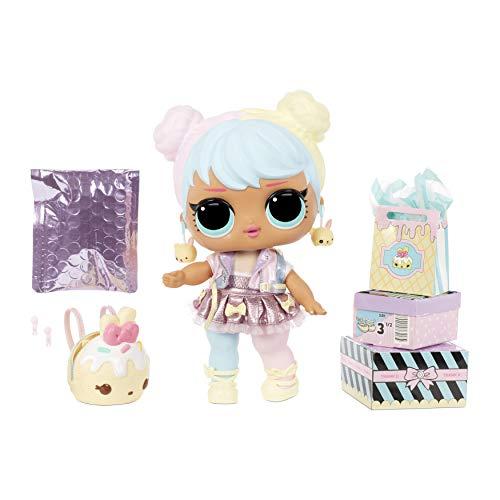 LOL Surprise bambola grande Bon Bon con sorprese alla moda, scarpe, vestiti e accessori. Include una acrivania, una sedia e uno sfondo. Bambola da collezione adatta dai 3 anni in su.