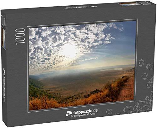 fotopuzzle.de Puzzle 1000 Teile Panorama des Ngorongoro-Kraters mit sonnig-blauem Himmel mit wenigen Hügeln und Schotterstraße