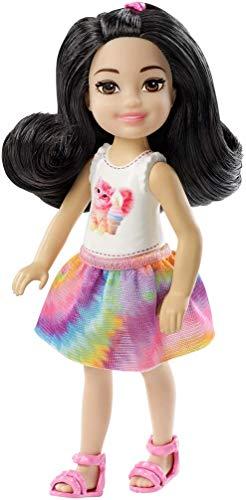 Barbie Chelsea e i Suoi Amici Bambola Brunette con Maglietta Stampa Arcobaleno, per Bambini 3+ Anni, FXG77