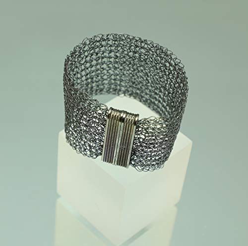gehäkeltes, breites Armband aus anthrazit geglühtem Draht mit Magnetverschluss