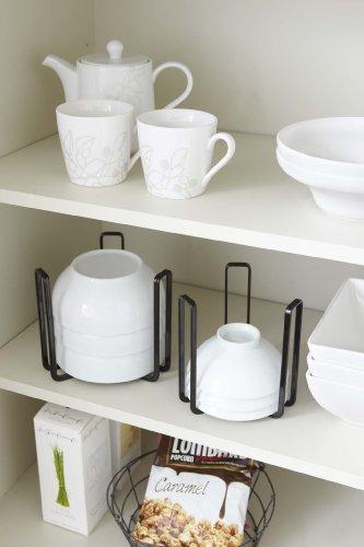 お茶碗を重ねて食器棚で収納する際、3本の支柱で食器を支えて横倒れを防いでくれるボウルストレージ。逆さまに伏せて収納するのでホコリが入らず衛生面も安心です。また、掴んで移動できるので、高い位置に収納してある食器も楽に取り出せるうえに、そのまままとめて持ち運びもできます。カラーはブラックとホワイトの2色。インテリアに合わせて選べるのも◎。