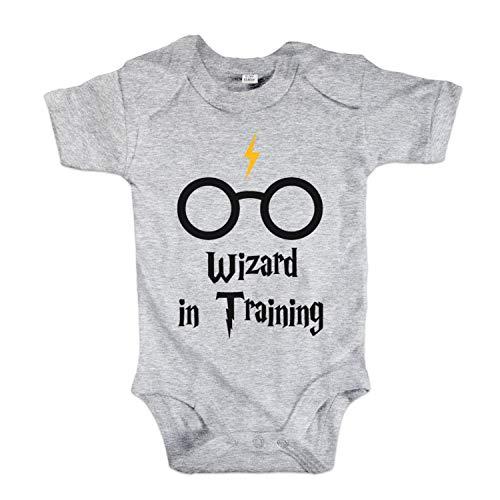 net-shirts Organic Baby Body mit Wizard in Training Aufdruck Spruch Motiv süß Cute Strampler aus Bio-Baumwolle Inspired by Harry Potter, Größe 6-12 Monate, grau