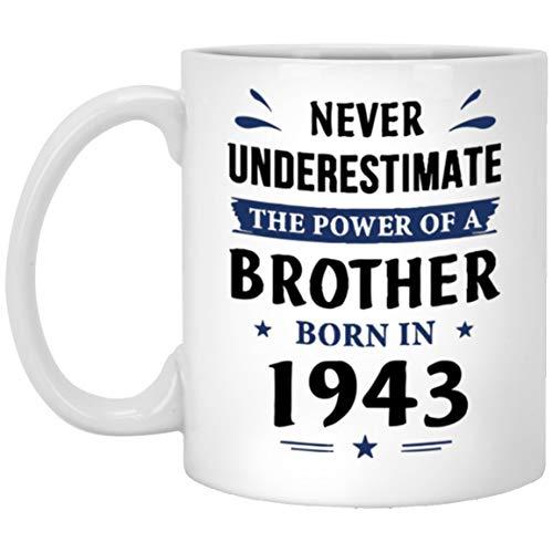 N\A Taza de Feliz cumpleaños para el Padrino - Nunca Subestimes al Hermano Nacido en 1943 - Regalo Divertido para ahijado, papá en el cumpleaños - Taza de cerámica Blanca