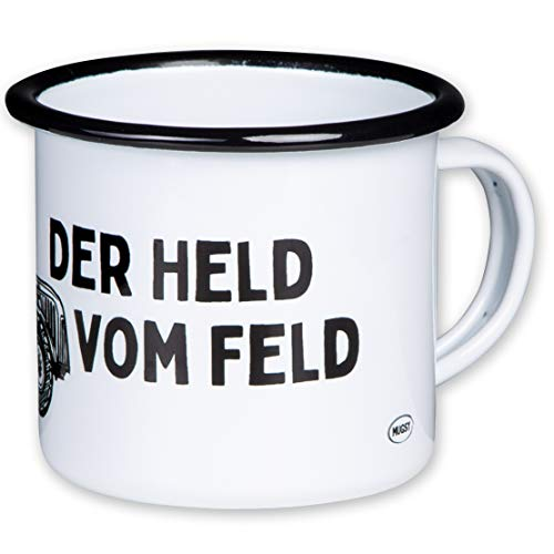 DER HELD VOM Feld - Hochwertiger Emaille Becher mit Trecker Motiv - leicht und bruchsicher, für Bauern, Landwirte, Traktor Fans - von MUGSY.de