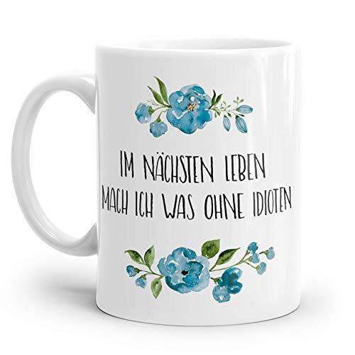 Tasse mit Spruch: IM NÄCHSTEN LEBEN MACH ICH WAS OHNE IDIOTEN | Personalisierbar | mit blauen Blumen