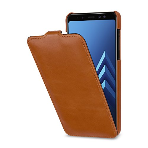 StilGut Leder-Hülle für Galaxy A8 2018. Dünnes Flip-Hülle vertikal klappbar, Cognac