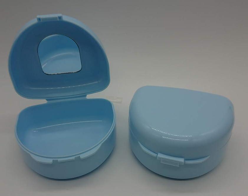 に向かって部屋を掃除するスチュワーデス鏡付き入れ歯マウスピースケース(容器) 水色