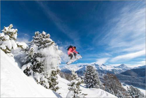 Póster 30 x 20 cm: Snowboarder Jumps Over Trees de Roland Hemmi/imageBROKER - impresión artística, Nuevo póster artístico