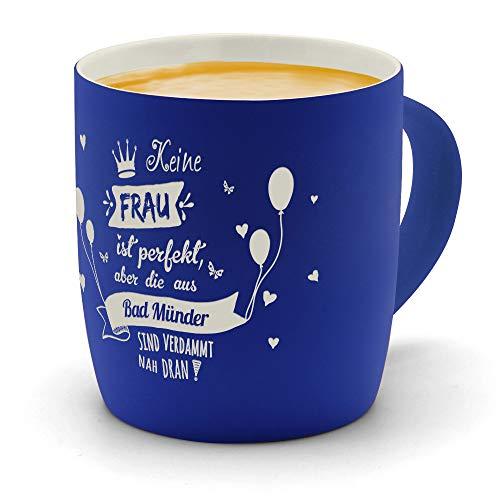 printplanet - Kaffeebecher mit Ort/Stadt Bad Münder graviert - SoftTouch Tasse mit Gravur Design Keine Frau ist Ideal, Aber. - Matt-gummierte Oberfläche - Farbe Blau