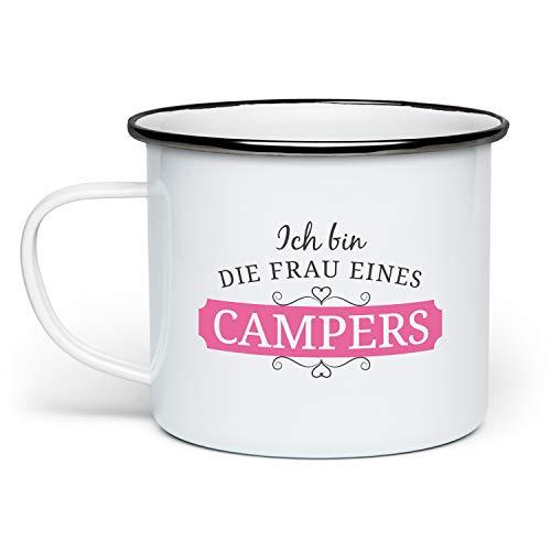 Fashionalarm Emaille-Tasse Frau eines Campers beidseitig Bedruckt | Emaille-Becher mit Spruch Geschenk-Idee Ehefrau Paare Hochzeit Camping Campen, Weiß/Schwarz