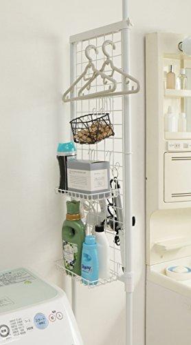 幅約41.6×奥行7×高さ200~270(cm)のスリムな突っ張り式のランドリーラックは上記3タイプと異なり、洗濯機のサイドに設置可能です。ランドリー側には、かさばる洗剤や細かい洗濯バサミなどのアイテムを収納。パウダールーム側には、化粧品を収納したり、付属のフックでドライヤーなどをかけたりと、間仕切りのようにして収納を分けることができる、使い勝手抜群のアイテムです。