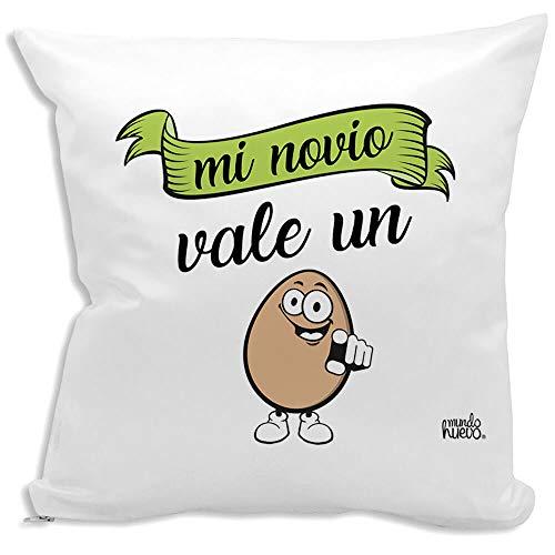 Cojin Decorativo, Original y Personalizado Novios. Incluye Relleno. Mi Novio Vale un Huevo. 42,5 X 42,5 cm. Cojines con Agradable Tacto de Algodon.
