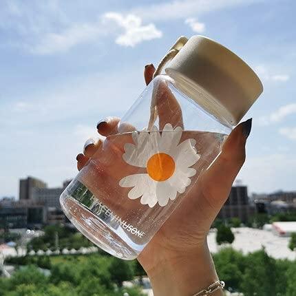Yuzhijie Botella de agua de plástico transparente de 500 ml pequeña margarita creativa con taza de té portátil de viaje (color: transparente 1 flor)