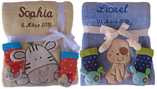 Babydecke mit Namen bestickt + 3d Rassel Socken Geschenk Baby Taufe Geburt (blau)