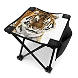 アウトドア 椅子 冬のシベリアトラ。タイガーは森の中をゆっくりと歩いて見つめています アウトドア 椅子 ピクニック 釣り コンパクト イス 持ち運び キャンプ用軽量 収納バッグ付き 折りたたみチェア レジャー 背もたれなし