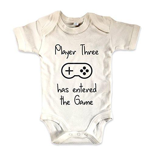 net-shirts Organic Baby Body mit Player Three Has Entered The Game Aufdruck Spruch lustig Strampler Babybekleidung aus Bio-Baumwolle mit Zertifikat, Größe 3-6 Monate, Natur