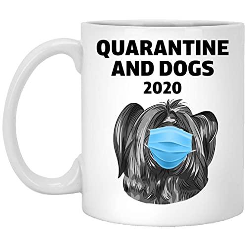 Divertida taza de café blanca de cuarentena 2020 y Skye Terrier Vector 11 oz