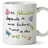 MUGFFINS Taza Original de Desayuno para Regalar a Amigas Amigos y Seres Queridos - Mi Felicidad Depende. - 350 ml - Tazas con Frases motivacionales