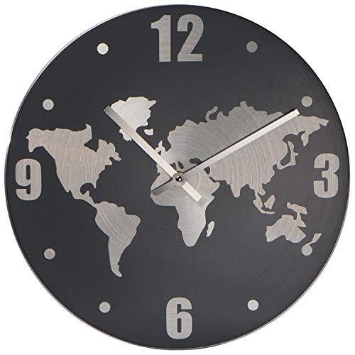 Wanduhr aus Aluminium mit Weltkarte im Hintergrund