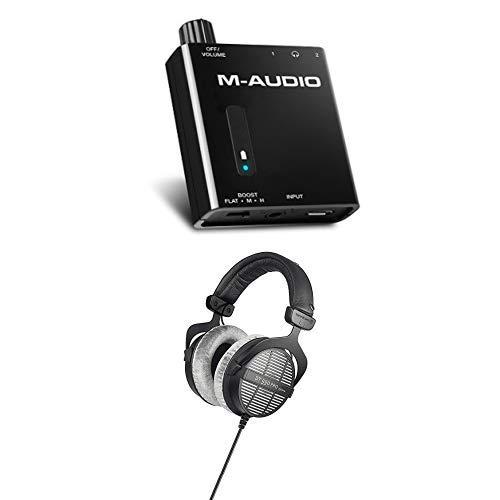 M-Audio Bass Traveler + Beyerdynamic DT 990 PRO - Batteriebetriebener Kopfhörer-Verstärker mit 2-Level Bass Boost und 250 Ohm Over-Ear-Studiokopfhörer für Mixing, Mastering und Editing