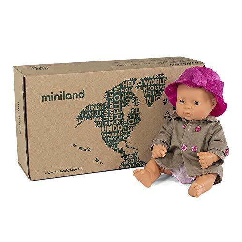 Miniland ropita y complementos Set de regalo: Muñeca bebé con rasgos europeos y conjunto de vestido y gabardina con gorrito. (31203) , color/modelo surtido