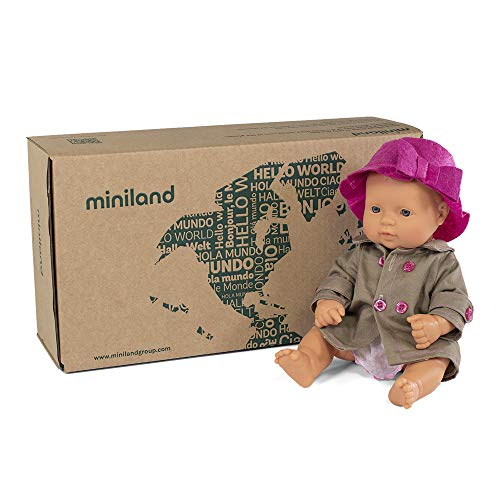 Pop + accessoires cadeauset: babypop met Europese gelaatstrekken + trenchcoat en muts. (31203)