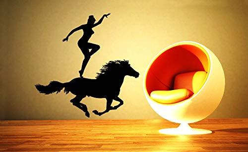 Coole vrouw met haar acrobatische paard silhouet muurschildering vinyl muur poster creatieve huis slaapkamer decoratie Chi Mur muurschildering 50.4x50.4cm