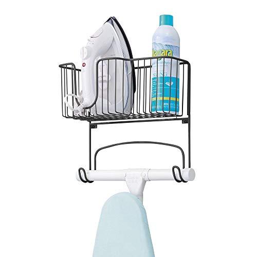 mDesign Bügelbretthalterung für die Wandmontage – Bügelbrett Aufbewahrung auch zum Verstauen von Bügeleisen und Waschmittel geeignet – praktische Wandaufhängung für mehr Stauraum – mattschwarz