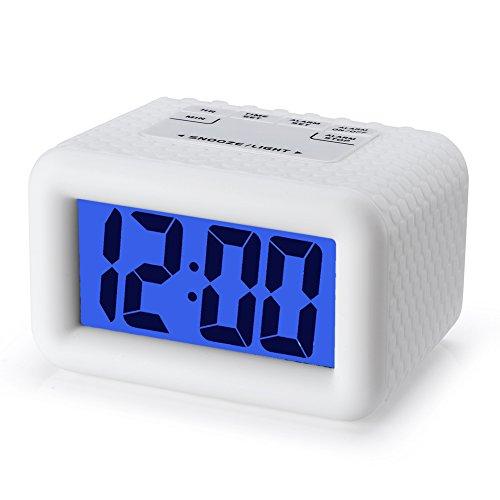 Plumeet Fácil de configurar, Gran Digitaces LCD del Recorrido del Despertador con la Snooze Buena luz de la Noche, la Alarma de Sonido Ascendente y de Mano de tamaño, niños (Blanco)