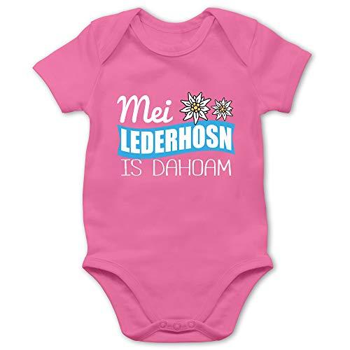 Shirtracer Oktoberfest & Wiesn Baby - MEI Lederhosn is dahoam weiß - 1/3 Monate - Pink - Lederhose - BZ10 - Baby Body Kurzarm für Jungen und Mädchen