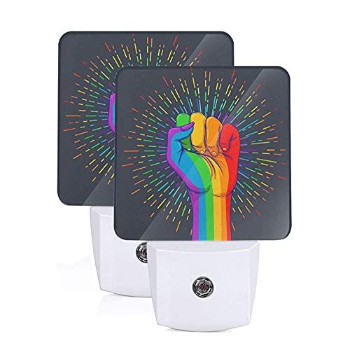 Juego de 2 luces nocturnas LED enchufables con puño levantado con puño de mano de color arcoíris, lámpara con sensor automático de anochecer a amanecer para dormitorio, baño, cocina