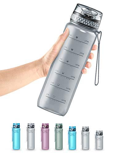 OMORC Botella Agua Sin BPA, Botella Tritan, Botella Deportiva de Plástico Tritan, 900ML Gran Capacidad, Tapa Flip-Flop con Cierre, Marcador de Tiempo, a Prueba de Fugas, con Cepillo de Limpieza