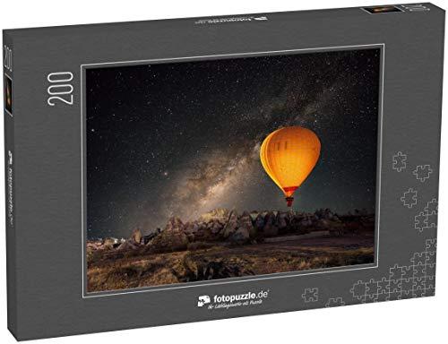 fotopuzzle.de Puzzle 200 Teile Heissluftballon über dem spektakulären Kappadokien unter dem Himmel mit Milchstrasse und leuchtendem Stern bei Nacht (mit Getreide)