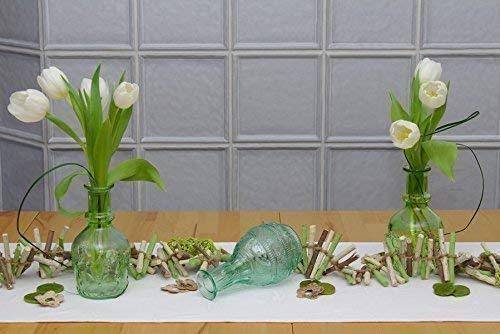Grüne Tischdeko mit Glas-Vasen und Teelichthaltern