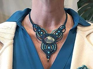 Collar macramé azul verdoso hecho a mano con hilo encerado, con fuchsita rubí engarzada y cuentas cristal, bronce y amazon...
