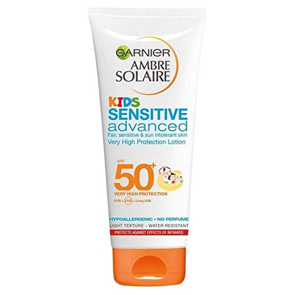 評判緊急お酒[Garnier ] アンブレSolaire子供敏感日クリームローションSpf50 + 200ミリリットル - Ambre Solaire Kids Sensitive Sun Cream Lotion SPF50+ 200ml [並行輸入品]