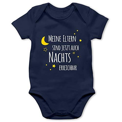 Shirtracer Statement Sprüche Baby - Meine Eltern sind jetzt auch Nachts erreichbar - 6/12 Monate - Navy Blau - Body mit Namen - BZ10 - Baby Body Kurzarm für Jungen und Mädchen